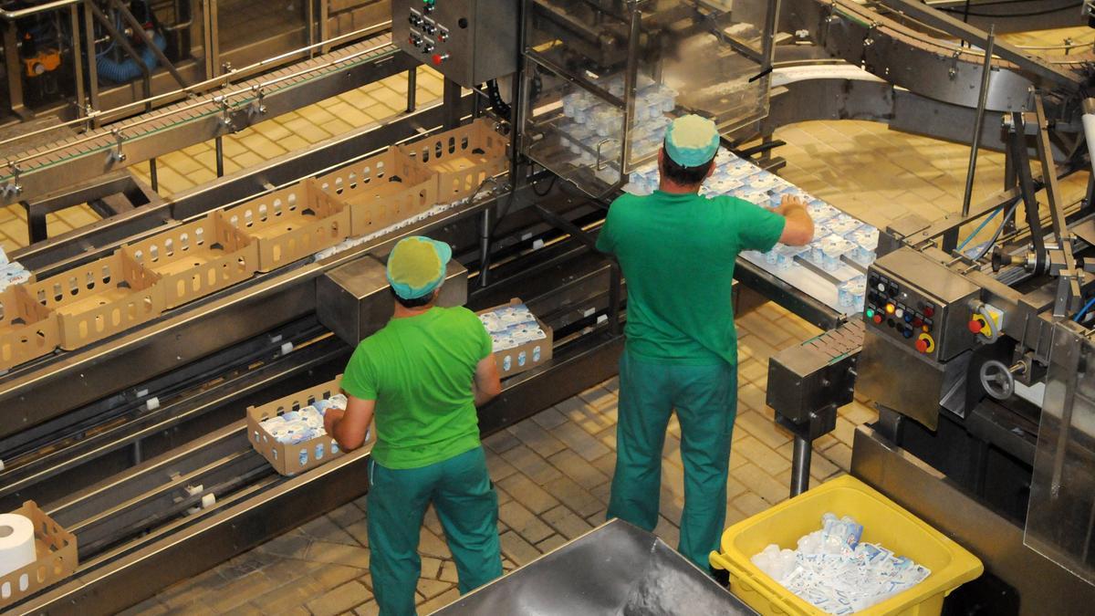 Dos trabajadores en una fábrica.