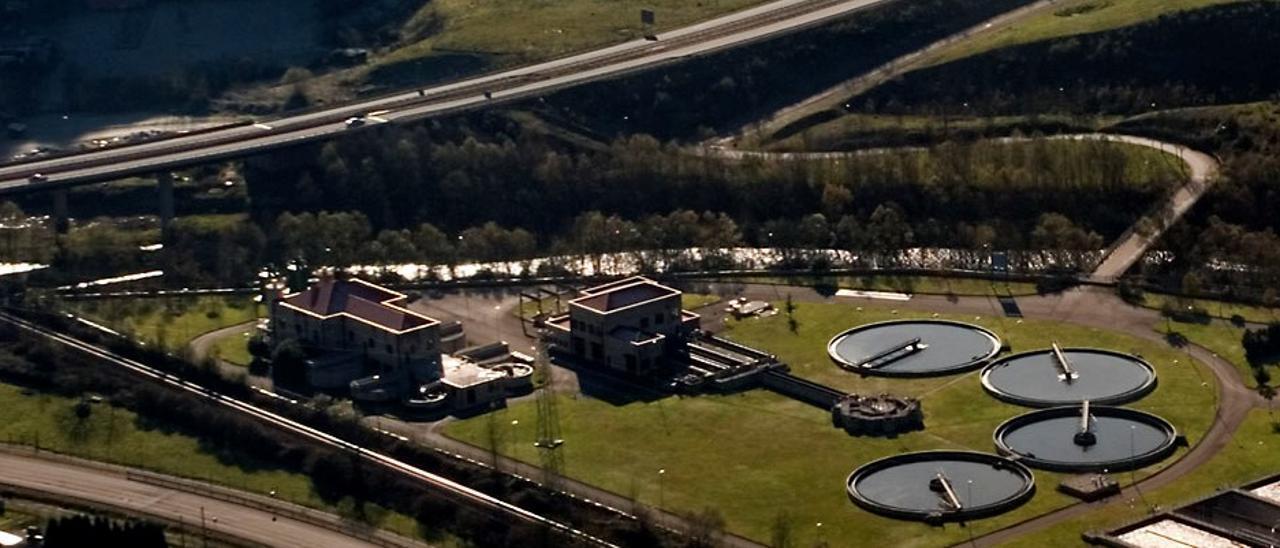La depuradora de Frieres, en Langreo, que trata las aguas residuales de todo el valle del Nalón