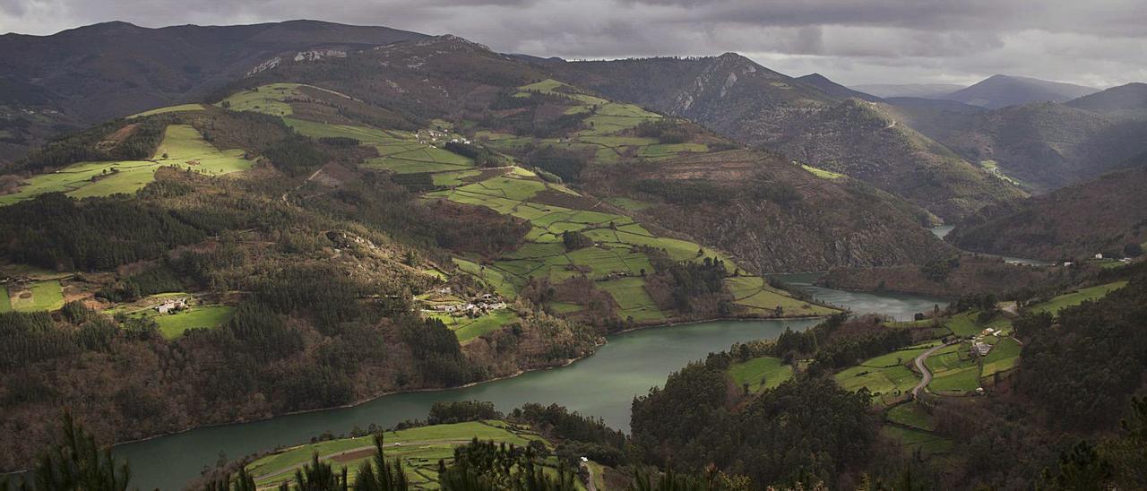 Vista del río desde Pico del Cuco y el fotógrafo Ignacio Martínez.   Ignacio Martínez / A. M. S.