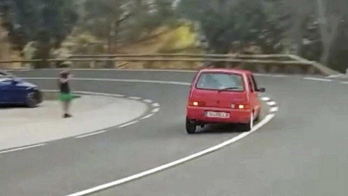 Imagen de un coche en plena carrera ilegal en la carretera del Puig Major.