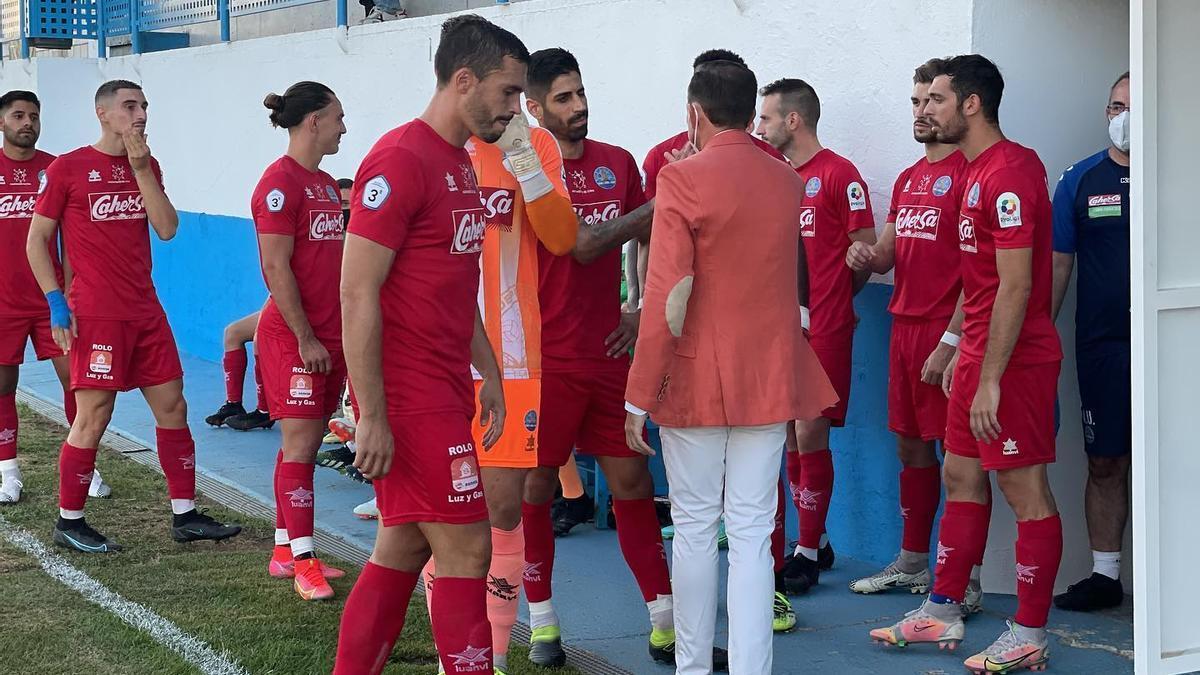 El presidente del Coria, Lely Rodríguez, saluda a los jugadores antes del partido contra el Antequera.