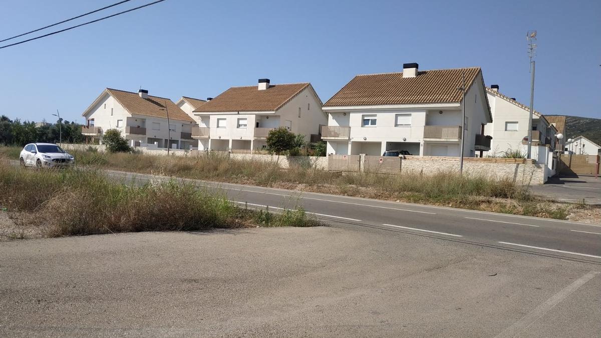 Panorámica de algunos de los chalets que forman la urbanización Sierramar, situada al lado de la CV-141 de Peñíscola.