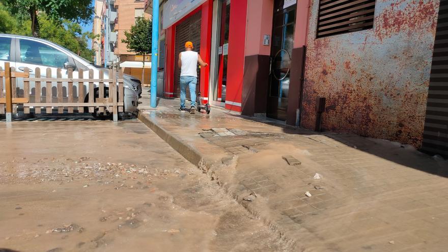 Una tubería revienta y causa un «géiser urbano» en el centro de Xàtiva