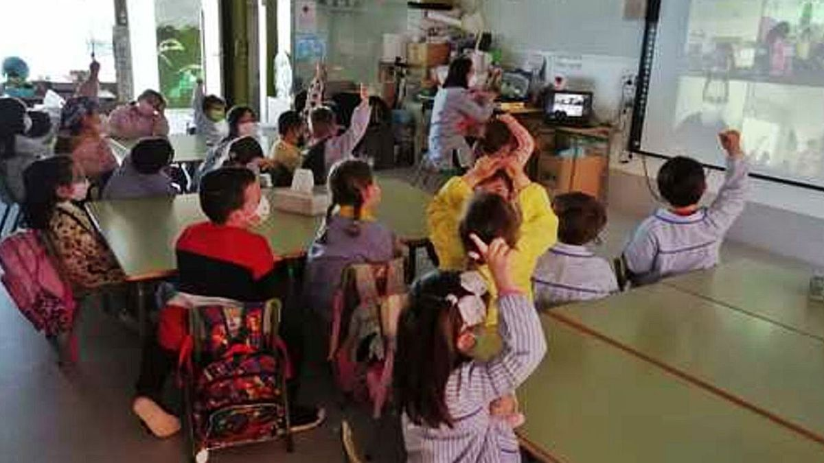 Los pequeños del Emilia Pardo Bazán participan en una videollamada con los niños de Rumanía.  // L.O.