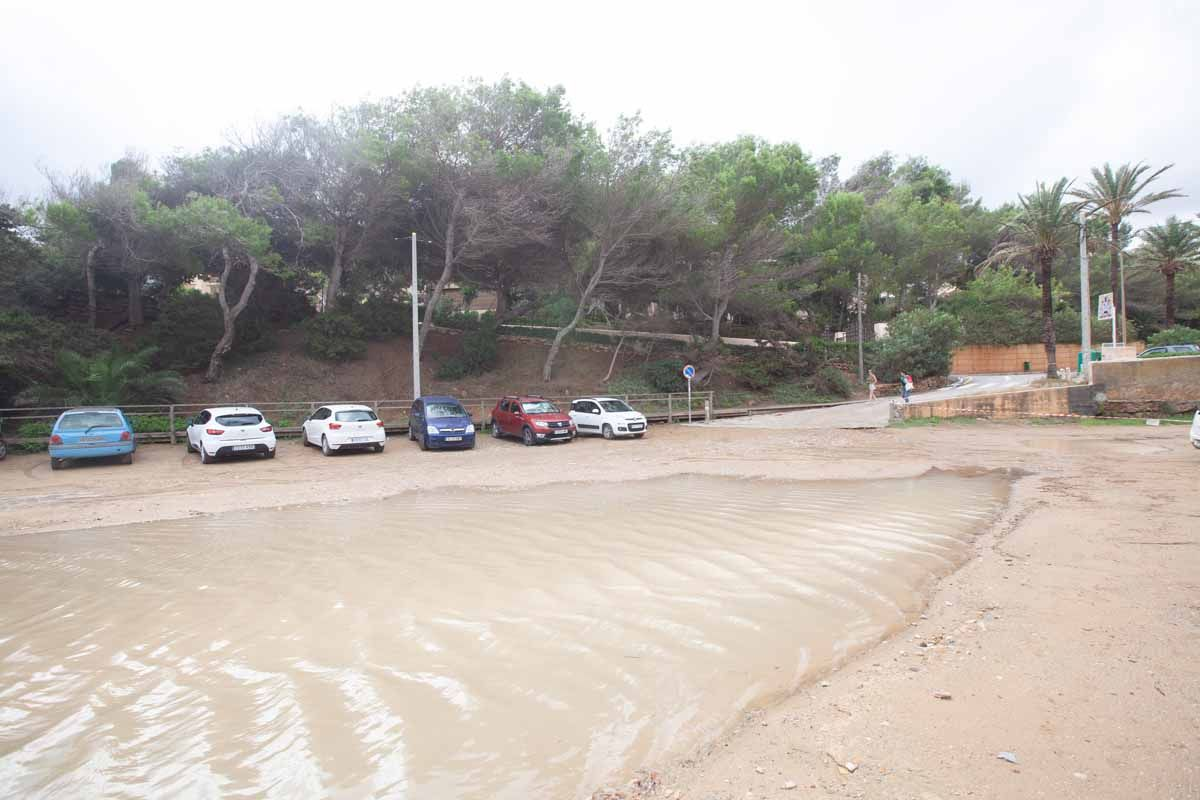 Las fuertes lluvias en Ibiza obligan a cerrar tres aparcamientos