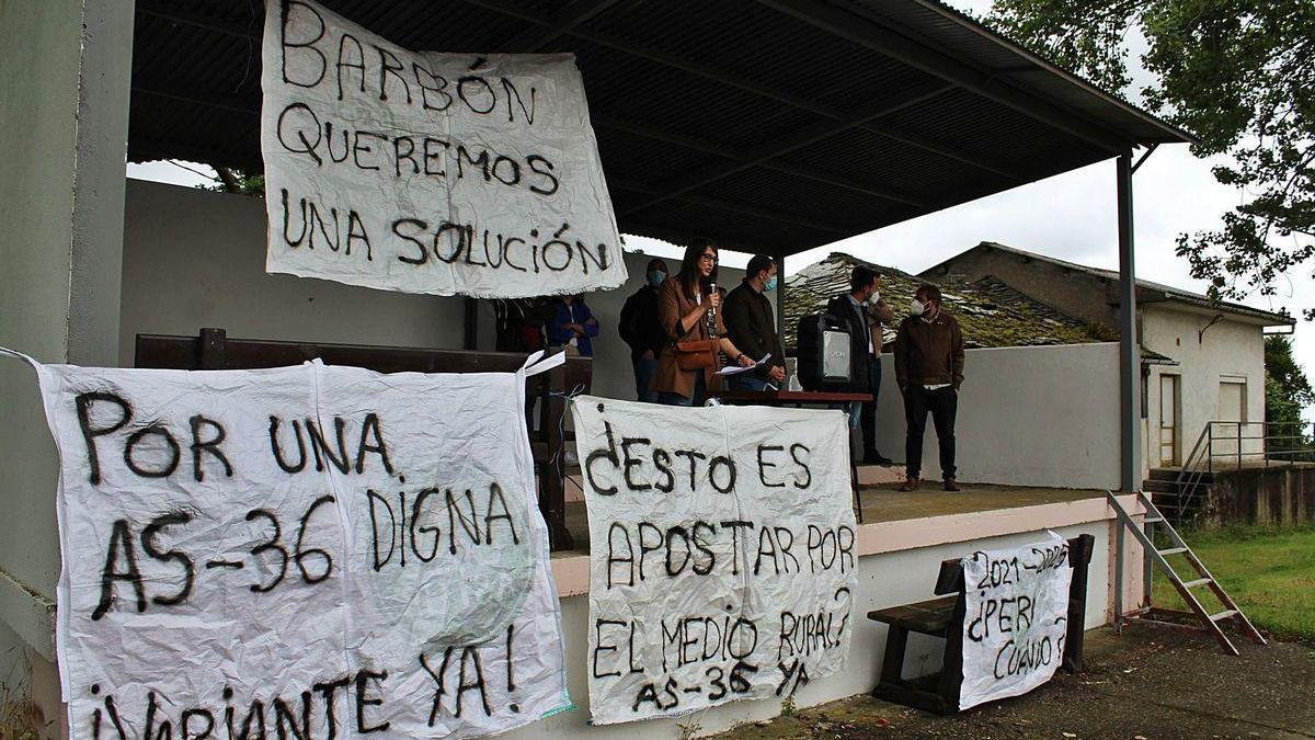 Protesta vecinal en demanda del arreglo de la carretera entre Valdés y Villayón.