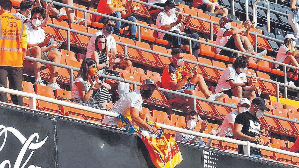 Aficionados en Mestalla en el partido Valencia-Eibar de la pasada temporada.    J.M. LÓPEZ