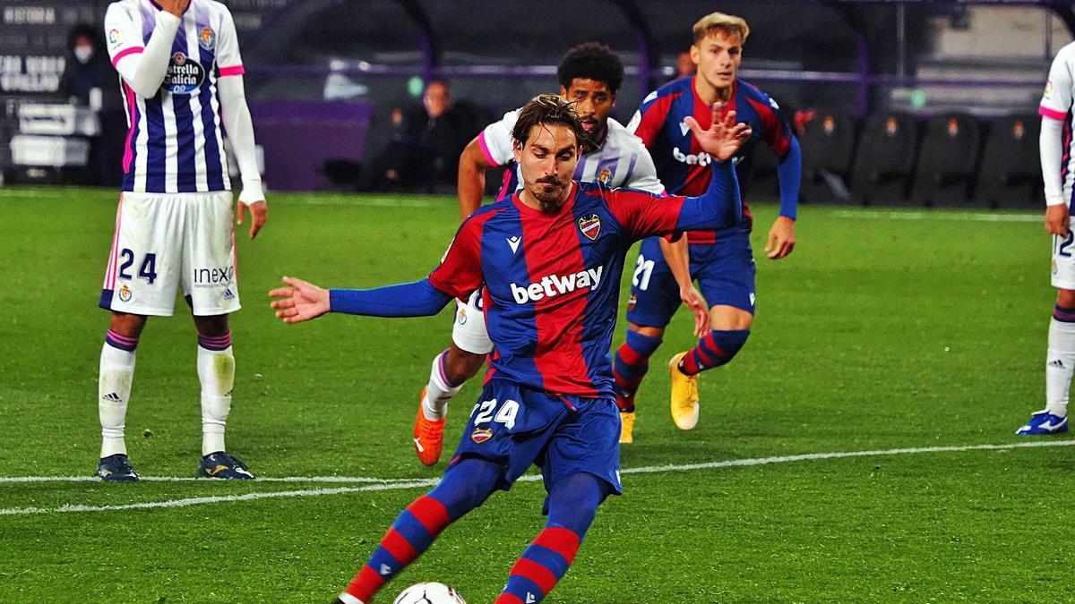 Campaña lanza un penalti ante el Valladolid en un partido de esta temporada.    EFE/R. GARCÍA