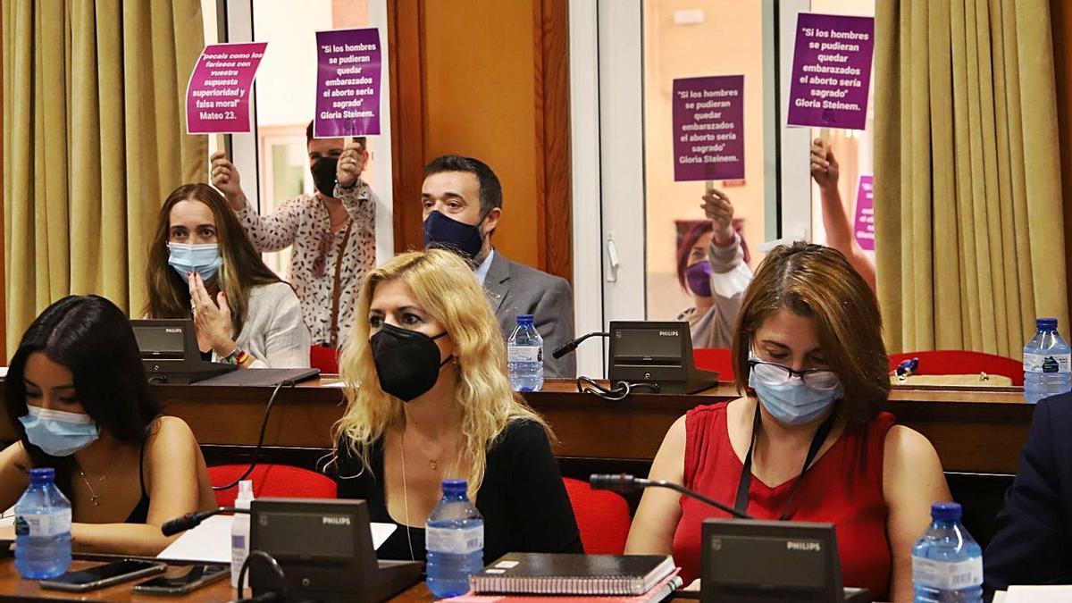 Concejales del PP y Vox, durante el pleno del jueves, donde se habló del aborto.