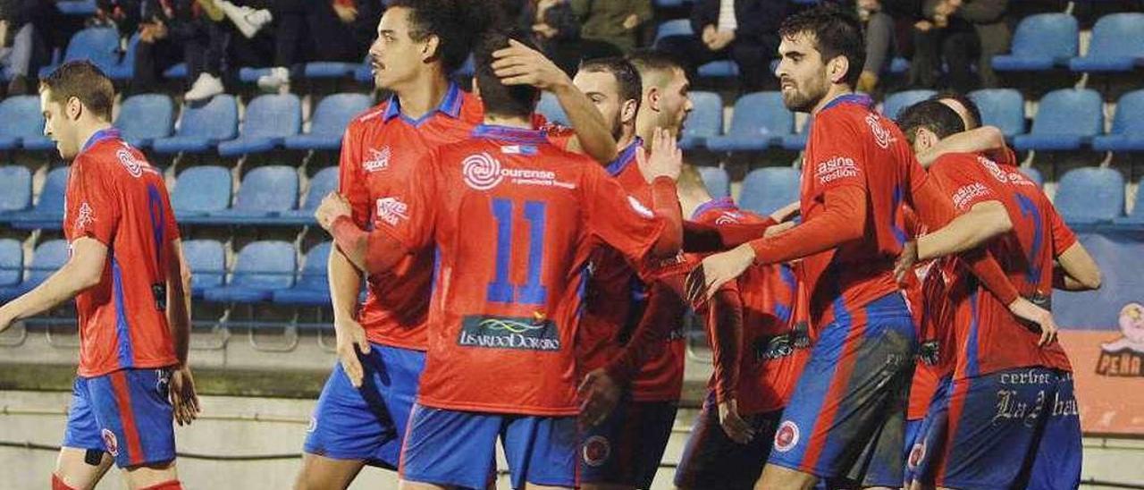 Los jugadores de la UD Ourense celebran un gol en O Couto. // Iñaki Osorio