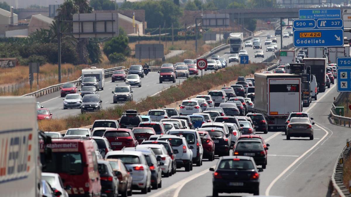 Una caravana de coches en una autopista.