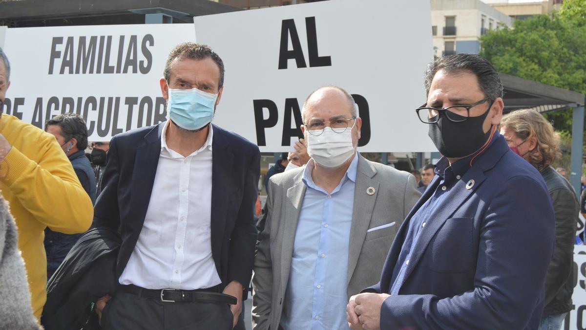 Carlos González, Miguel López (alcalde de Benejúzar) y Joaquín Hernández (alcalde de Dolores) en la protesta.