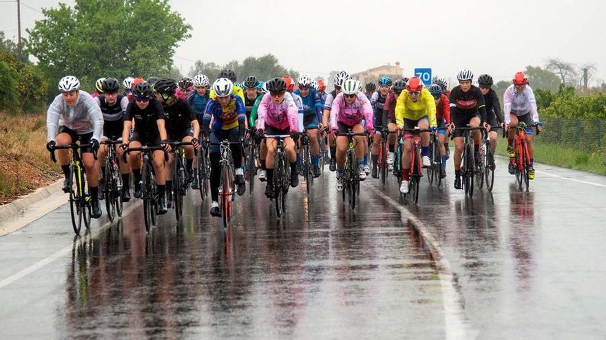 Las mujeres ciclistas pueden con todo en Ondara