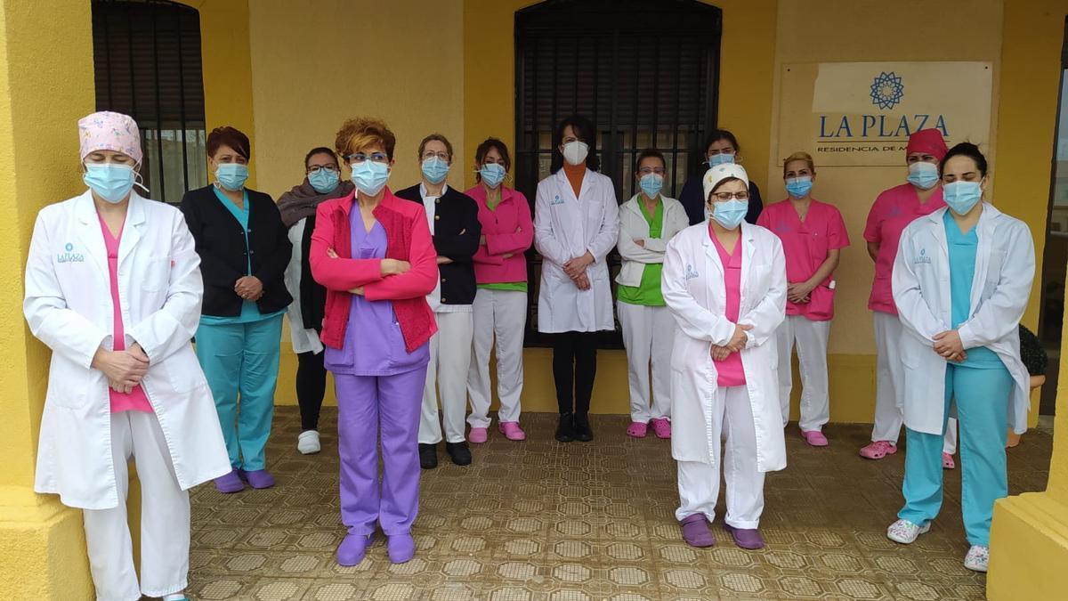 Trabajadoras de la residencia de mayores de Moraleja del Vino en el recuerdo a Felisa Gallego