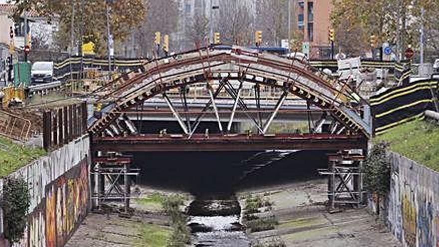 Un pont panxut que  es debat entre la necessitat  i la utilitat