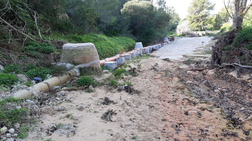 El principal colector de aguas residuales de Villamartín en Orihuela Costa ocupa el lecho de la rambla de Las Estacas