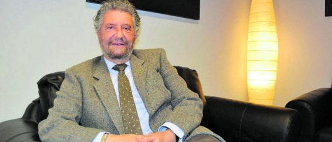 Ignacio García Palacios, en el despacho de la Alcaldía de Navia, en una de las zonas destinadas a reuniones.   A. M. Serrano