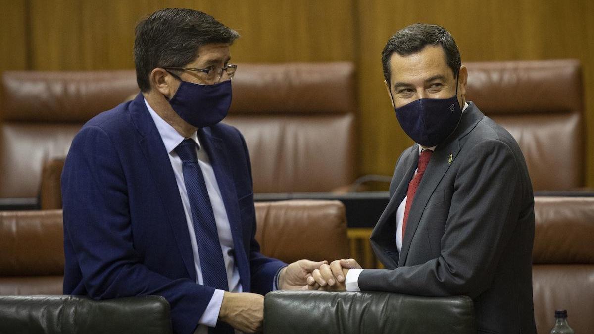 Juan Marín y Juanma Moreno en el Parlamento andaluz.