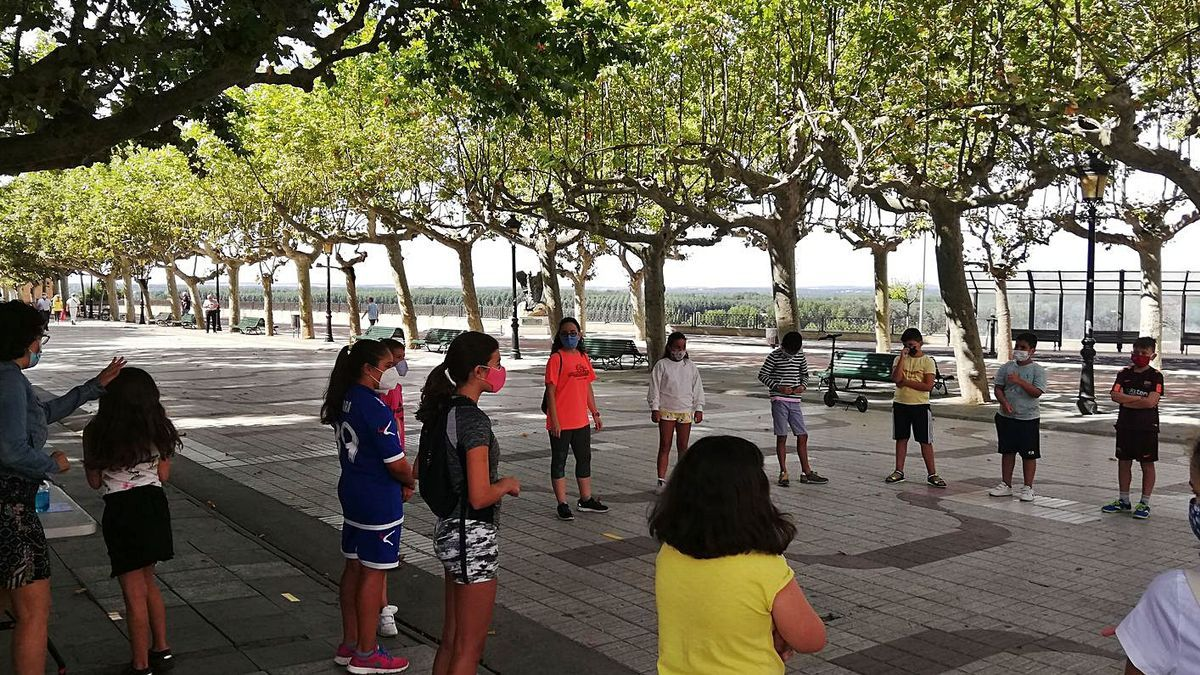 Participantes de la gymkana en el Paseo de la Mota. | C. G. R.
