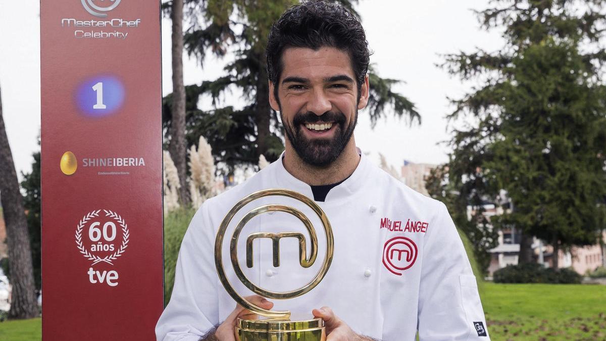 Miguel Ángel Muñoz, con el trofeo de 'Masterchef Celebrity'