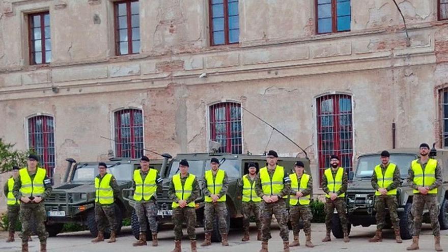 Los militares del Escuadrón de Caballería posan antes de iniciar su misión la ciudad y Morales.