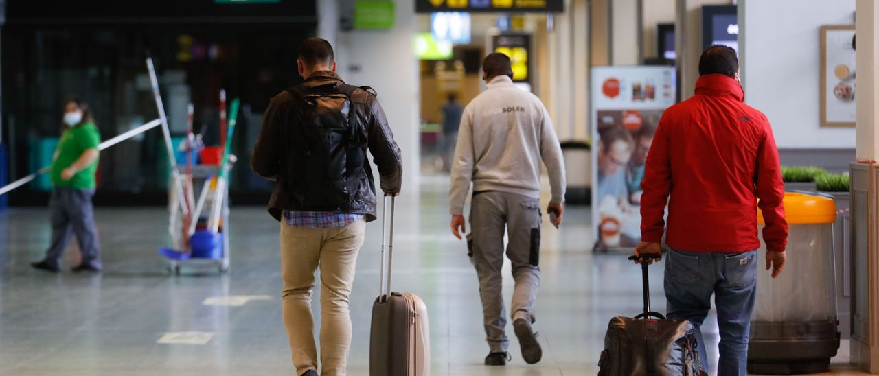 Pasajeros en el aeropuerto de Ibiza. J. A. Riera