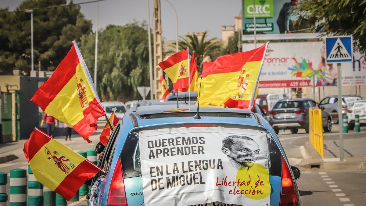 """Una caravana con cientos de vehículos clama en Pilar de la Horadada contra la """"imposición"""" del valenciano"""