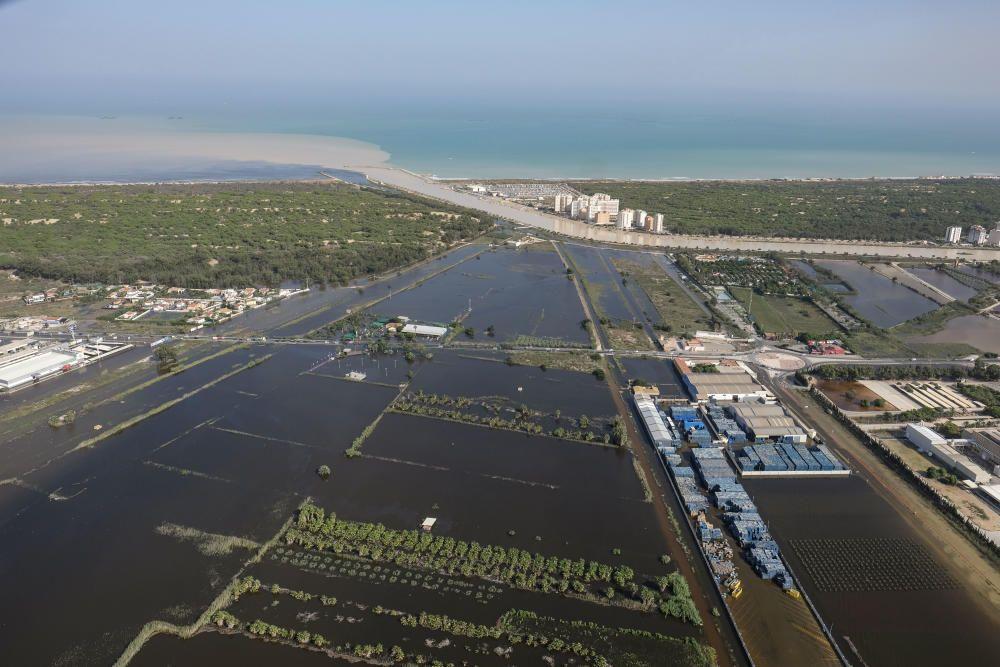Imagen en la que se puede observar cómo el cauce nuevo del Segura impide la salida al mar del agua desbordada del sistema de riego tradicional de la huerta