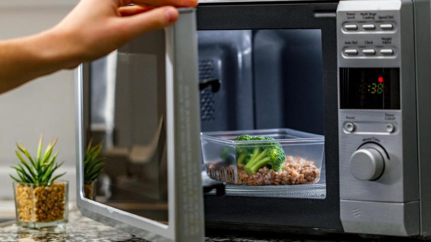 Los alimentos que no debes calentar en el microondas