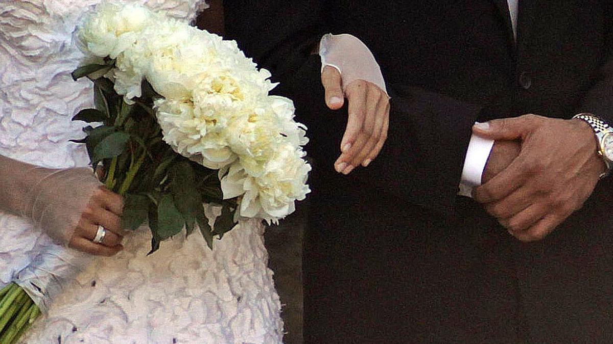 Dos novios durante una boda.   | // BERNABÉ / LUISMY