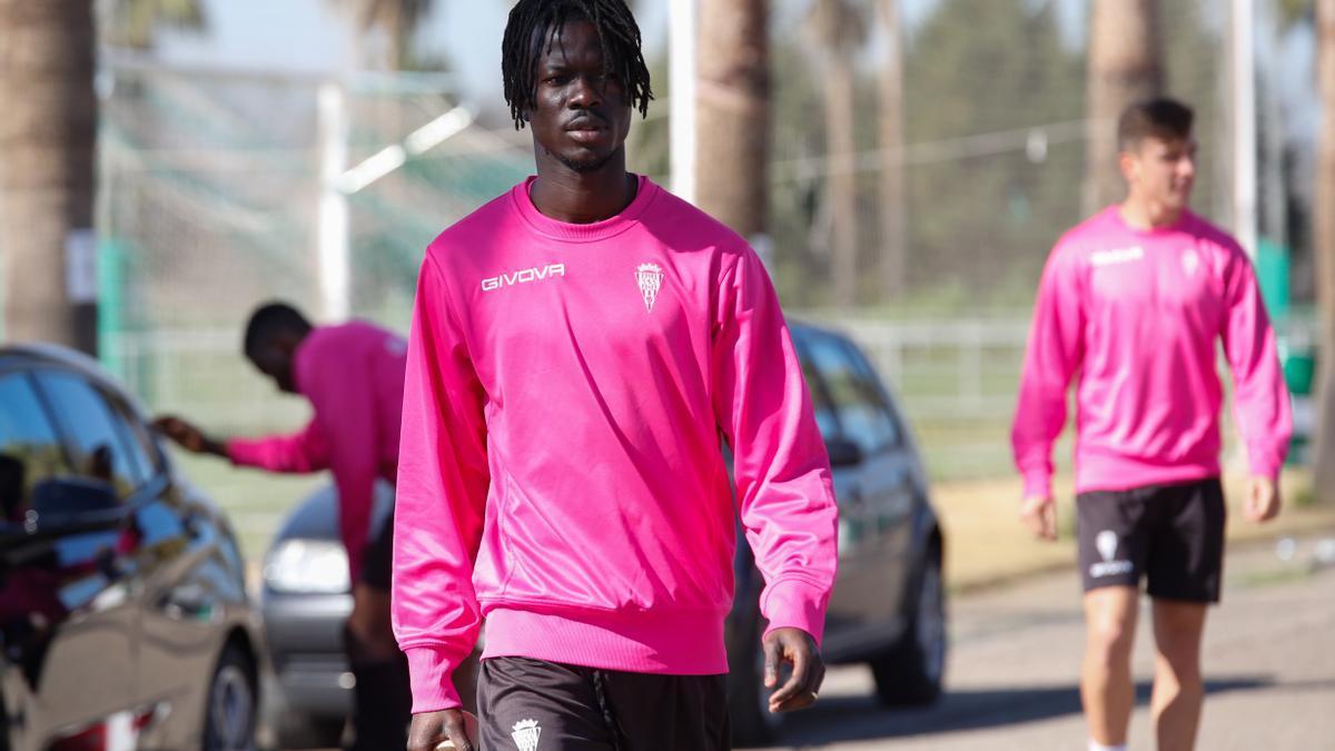 Mohammed Djetei se dirige a un entrenamiento del Córdoba CF, en la Ciudad Deportiva, esta temporada.