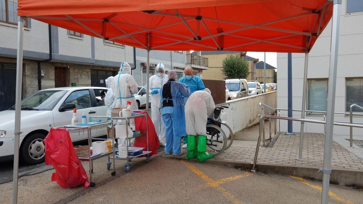 Realización de pruebas PCR en Puebla de Sanabria.