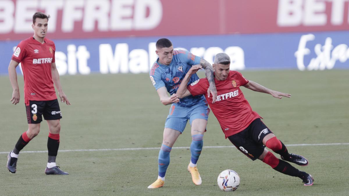 Salva Sevilla protege el balón de la presión de Jirka.