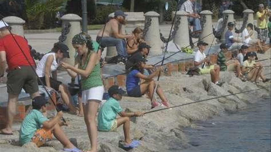 Pesca infantil en el dique de abrigo de A Coruña