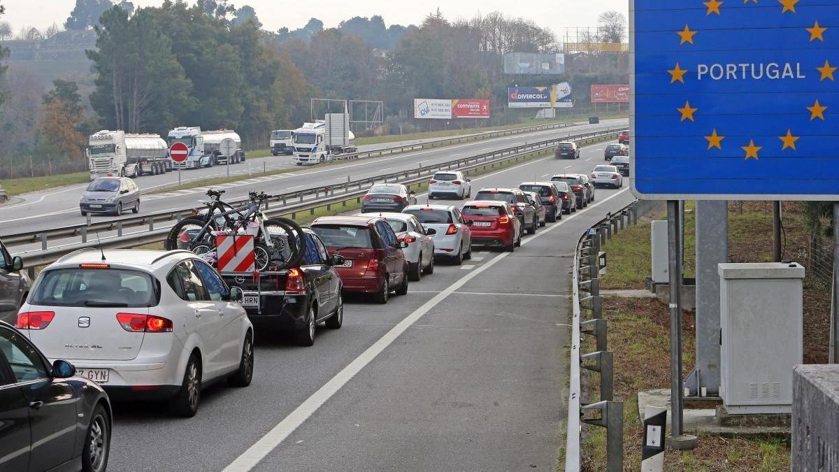 Conductores cruzando hacia Portugal desde Galicia. // Marta G. Brea