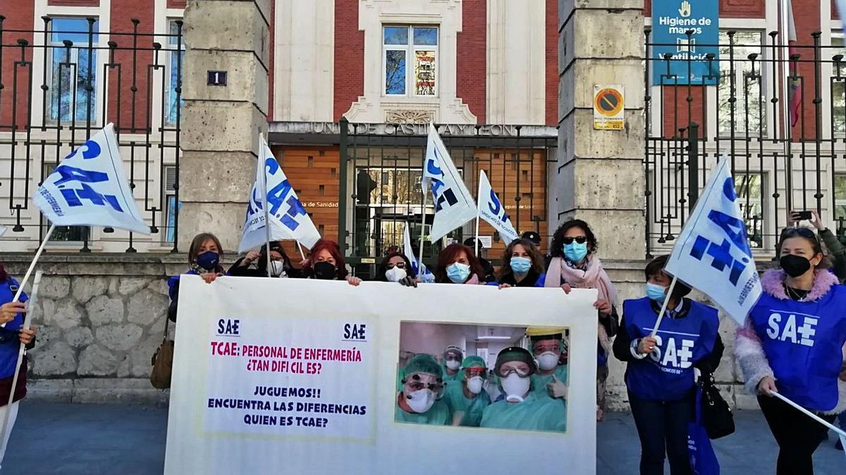 Auxiliares de Enfermería (TCE) de Zamora en su protesta ante la Consejería de Sanidad en Valladolid.
