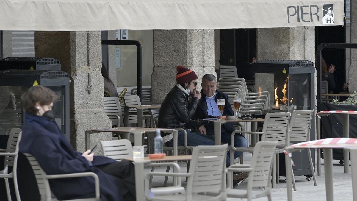 Ciudadanos en una terraza de A Coruña.