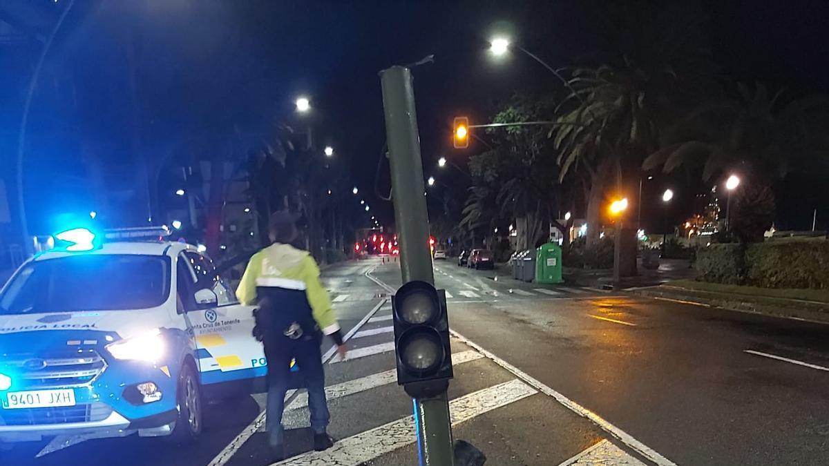 Un conductor colisiona con un semáforo y se da a la fuga en Santa Cruz de Tenerife.