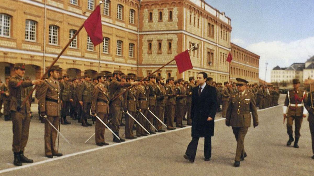 José Ramón Ónega pasa revista a las tropas del Regimiento Toledo en el Cuartel Viriato.