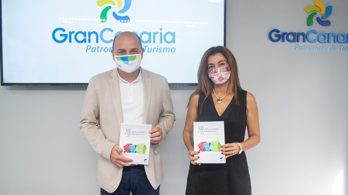 Carlos Álamo y Teresa Aguiar, hoy, durante la presentación del libro.
