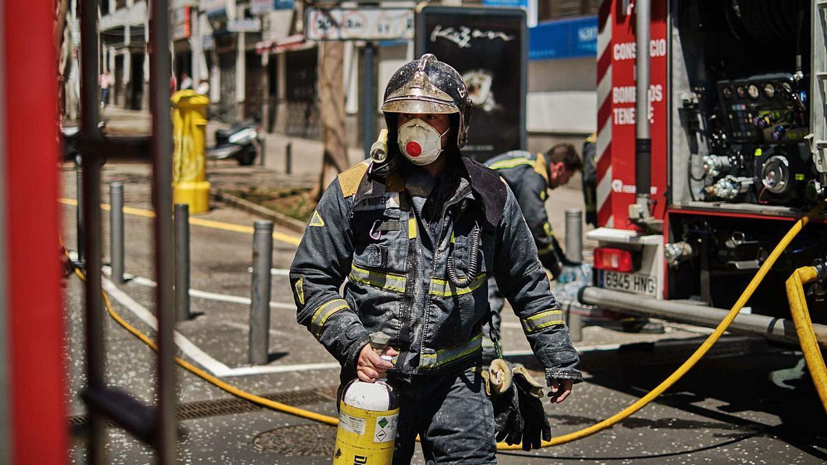 Un bombero listo para actuar durante un incendio ocurrido en abril del año pasado en la calle Milicias de Garachico de Santa Cruz de Tenerife.