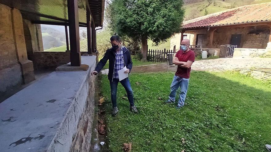 Estupor en Mieres al arreglar el muro de un templo barroco con cemento