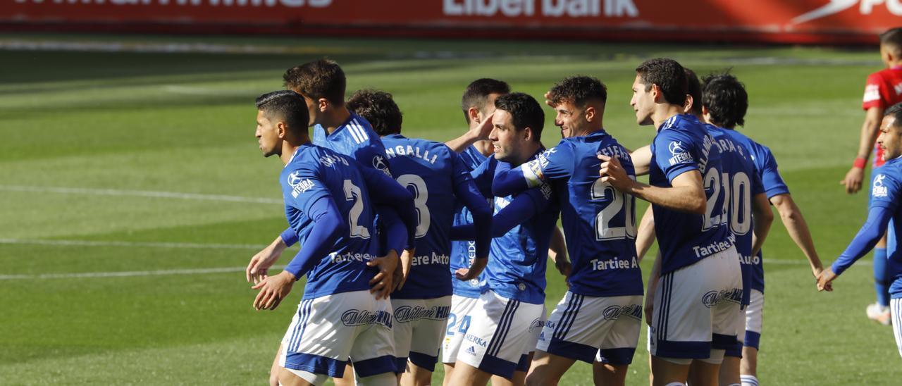 Los jugadores del Real Oviedo celebran el gol de Diegui
