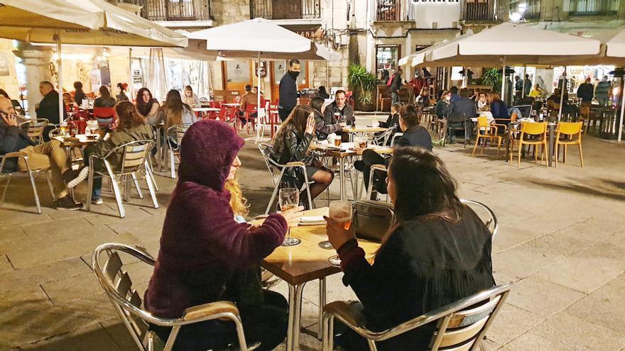 Pequeños grupos en las terrazas de la plaza de la Constitución en Vigo.