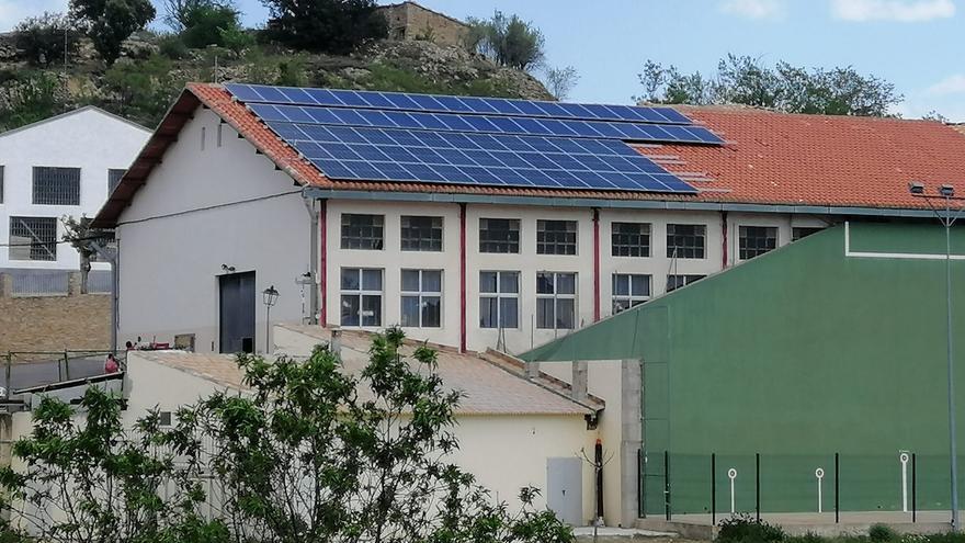 Portell amplía las placas solares del polideportivo