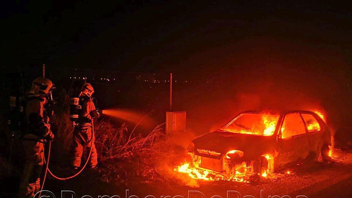Los Bombers de Palma sofocan un incendio en un coche abandonado junto a Son Llàtzer.