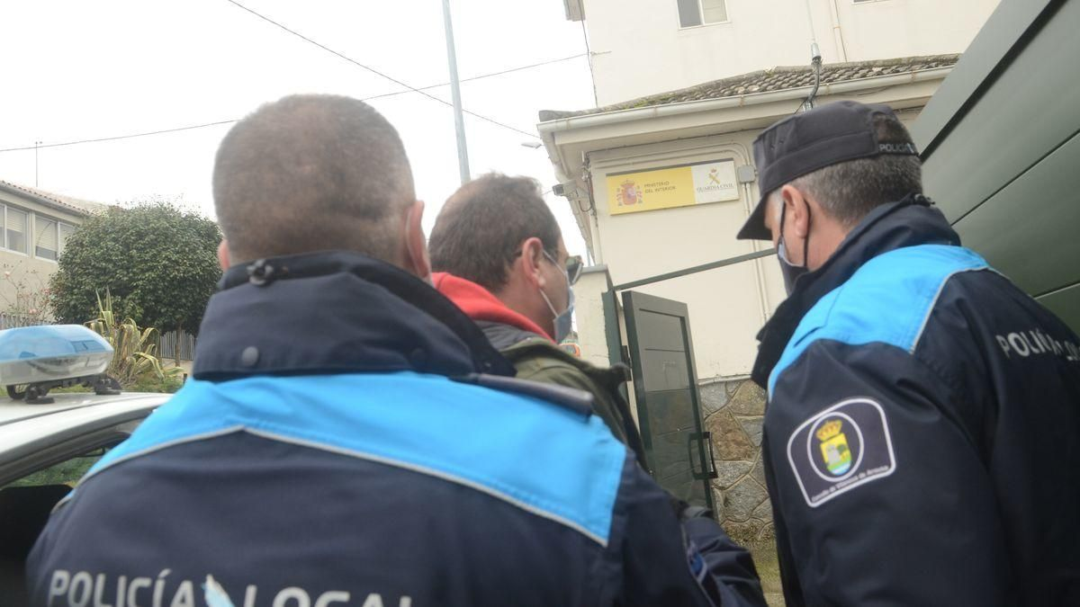 El presunto autor del atropello mortal en Vilanova entrando en el cuartel de la Guardia Civil.