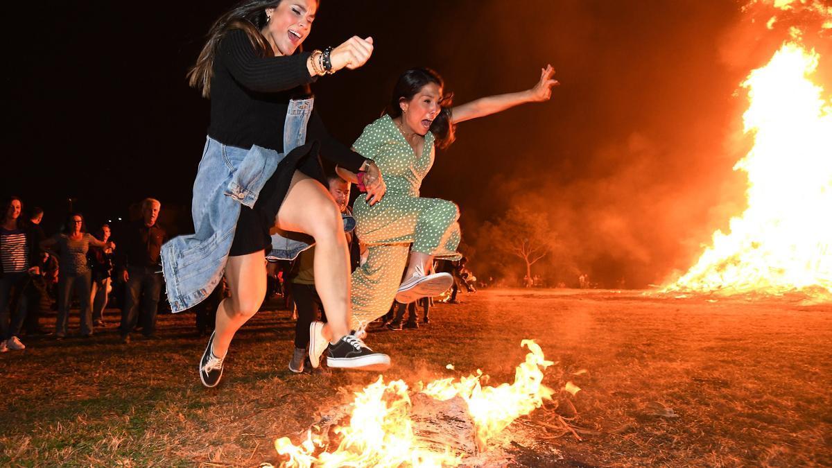 Hoguera en Poio durante el San Juan de 2019