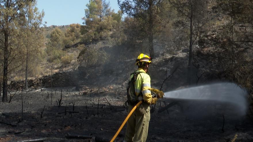 Emergencias moviliza efectivos en Azuébar ante la presencia de humo en algunos puntos de la zona incendiada