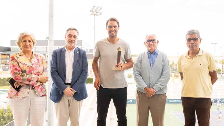 Rafa Nadal recibe el premio al compromiso solidario del Teléfono de la Esperanza